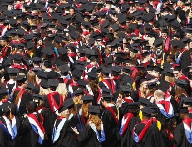 12.mai.2012-Formandos da Liberty University, a maior universidade cristã dos Estados Unidos, aguardam o pronunciamento do pré-candidato republicano às Presidência dos EUA, Mitt Romney