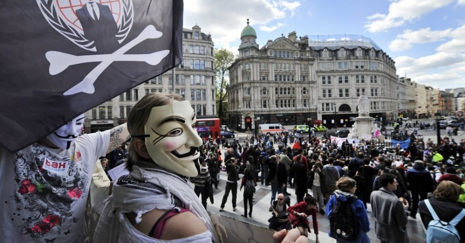 12.mai.2012-Membros do movimento &#34;Occupy London&#34; participam de manifesta&#231;&#227;o para comemorar o primeiro anivers&#225;rio do movimento, realizada em v&#225;rias cidades ao redor do mundo neste s&#225;bado (12)