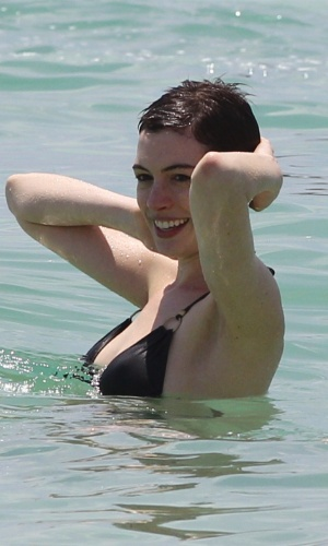 "Aproveitando uma pausa nas filmagens de seu novo longa, ""Os Miseráveis"" Anne Hathaway curte a praia em Miami. A triz foi vista sem seu anel de noivado (11/5/12)"