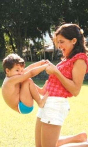 Atriz Nívea Stelmann publicou foto brincando com o filho, Miguel (12/5/12)