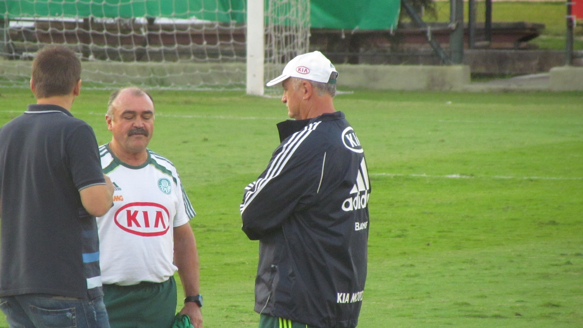 Galeano, Murtosa e Felipo conversam durante treino do Palmeiras