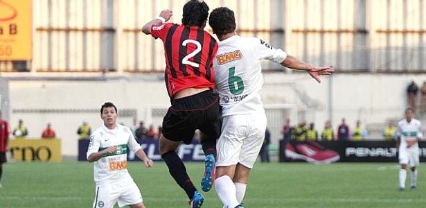 Lance do clássico Atle-Tiba disputado na Vila Capanema (6/05/2012)