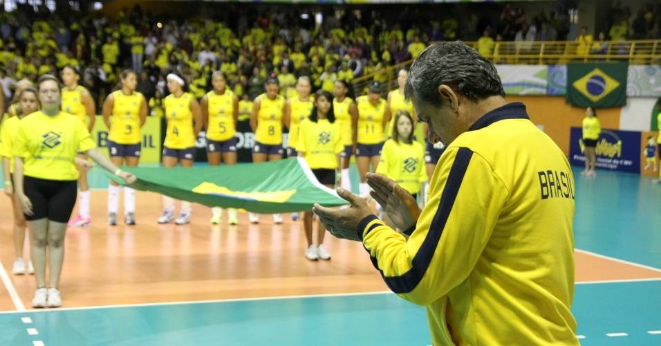 O técnico seleção feminina de vôlei, José Roberto Guimarães, antes de partida do pré-olímpico contra a Venezuela, em São Carlos
