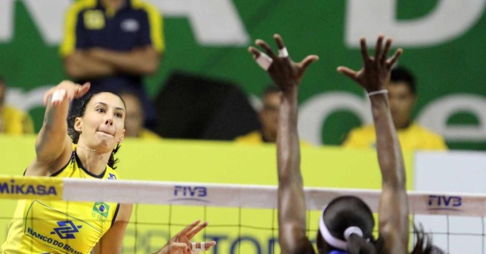 Sheilla, oposto da seleção feminina de vôlei ataca durante semifinal do pré-olímpico em São Carlos contra a Venezuela