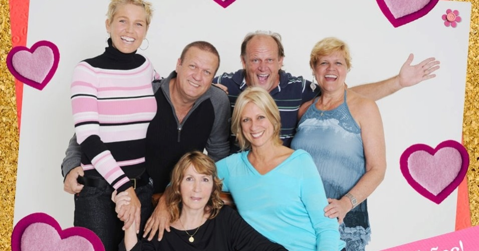 Xuxa divulgou em sua p&#225;gina oficial do Facebook uma foto com sua fam&#237;lia. A m&#227;e da apresentadora (sentada, de blusa preta) aparece na imagem cercada pelos filhos (12/5/120