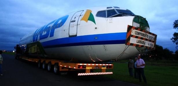 Avião da Vasp arrematado em leilão chega a Araraquara