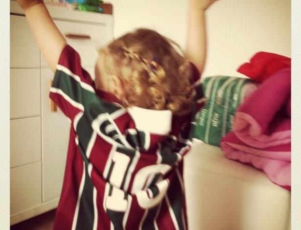 A atriz Fernanda Rodrigues postou no Twitter uma foto do filha Luisa com a camiseta do Fluminense