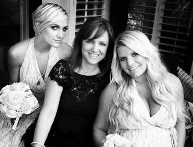 A cantora Jessica Simpson posta foto ainda grávida com a irmã, e a mãe em seu perfil no Twitter (13/5/12)