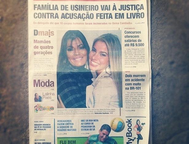 """A ex-BBB Adriana teve uma surpresa no Dia das Mães: """"Fui comprar jornal e olhem o que achei!! Minha mãezinha linda,linda e linda!!!"""", escreveu a moça (13/5/12)"""