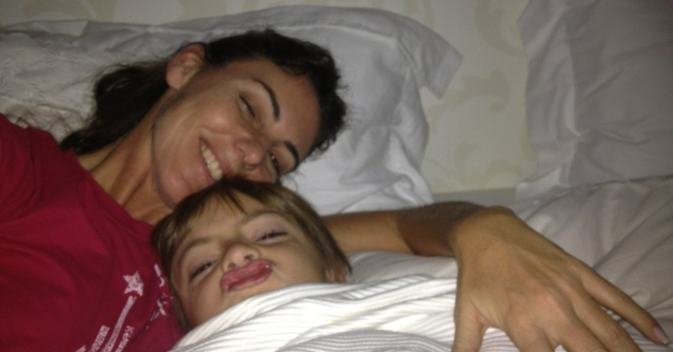 A jornalista Glenda Kozlowski ?publicou foto ao lado do filho neste domingo de Dia das Mães (13/5/12)