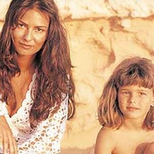 A modelo Yasmin Brunet postou no Twitter uma foto com a mãe, Luiza Brunet, quando era criança em homenagem ao Dia das Mães (13/5/12)