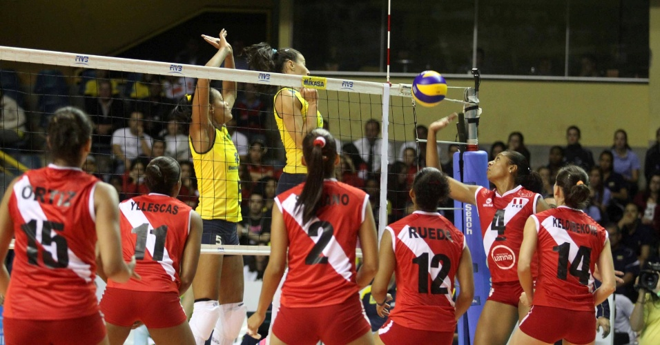Adenízia e Sheilla encolhem o braço em ataque peruano durante a decisão do Pré-Olímpico