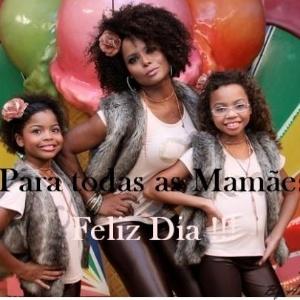 Adriana Bombom postou uma foto no Facebook com as filhas, Thalita e Olívia, para desejar feliz Dia das Mães a seus fãs (13/5/12)