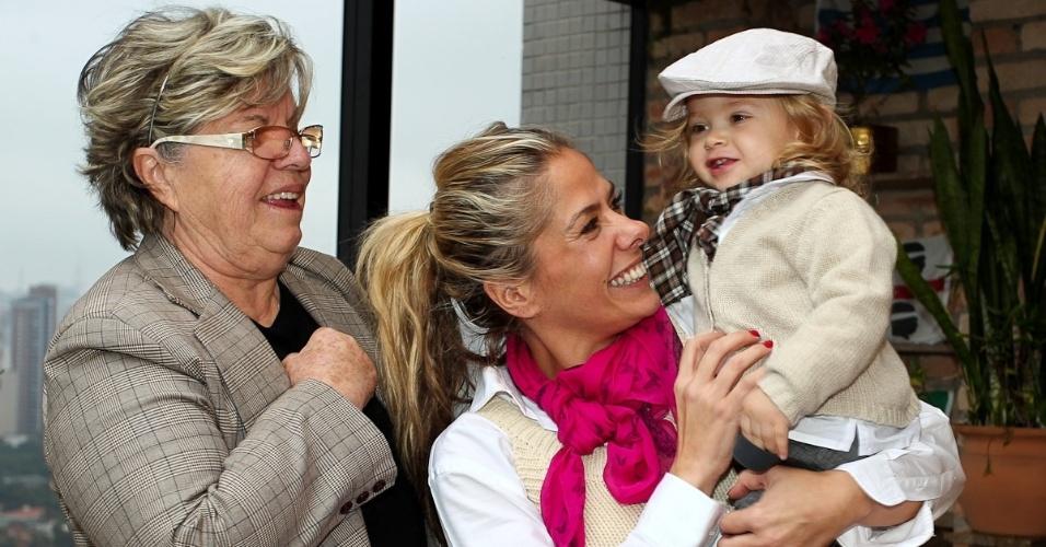 Adriane Galisteu comemora o Dia das Mães com o filho Vittório e a mãe, Dona Emma Galisteu (13/5/12)
