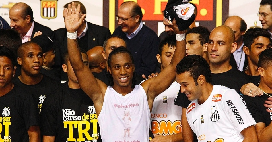 Arouca comemora o título santista; em Santos, a torcida fez pedidos pela convocação do jogador à seleção