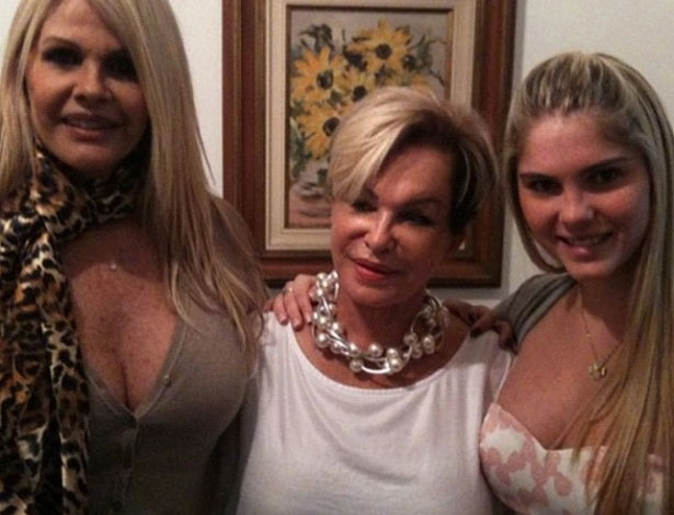 B&#225;rbara Evans postou em seu Twitter uma foto com a m&#227;e, Monique e a av&#243;. &#34;Muito amor&#34;, escreveu a modelo (13/5/12)