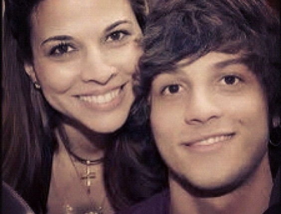 Chay Suede, da novela Rebelde, postou uma foto com a m&#227;e, Herica, em seu Twitter em homenagem ao Dia das M&#227;es (13/5/12)