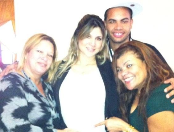 Dentinho postou uma foto com Dani Souza, sua mãe, Nice e a sogra, Marta em comemoração ao Dia das Mães (13/5/12)