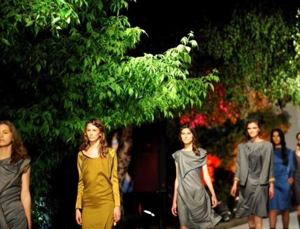 Em desfile no Kosovo, modelos mostram as criações da estilista local Krenare Rugova durante o evento Graphic Poetry em Pristina (12/05/2012)