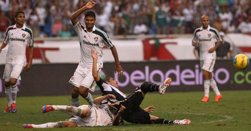 Fellype Gabriel se enrosca com Thiago Neves no chão, no segundo tempo