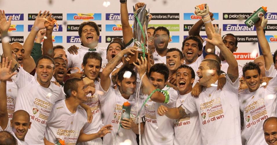 Fluminense recebe a taça de campeão carioca e faz a festa no Engenhão