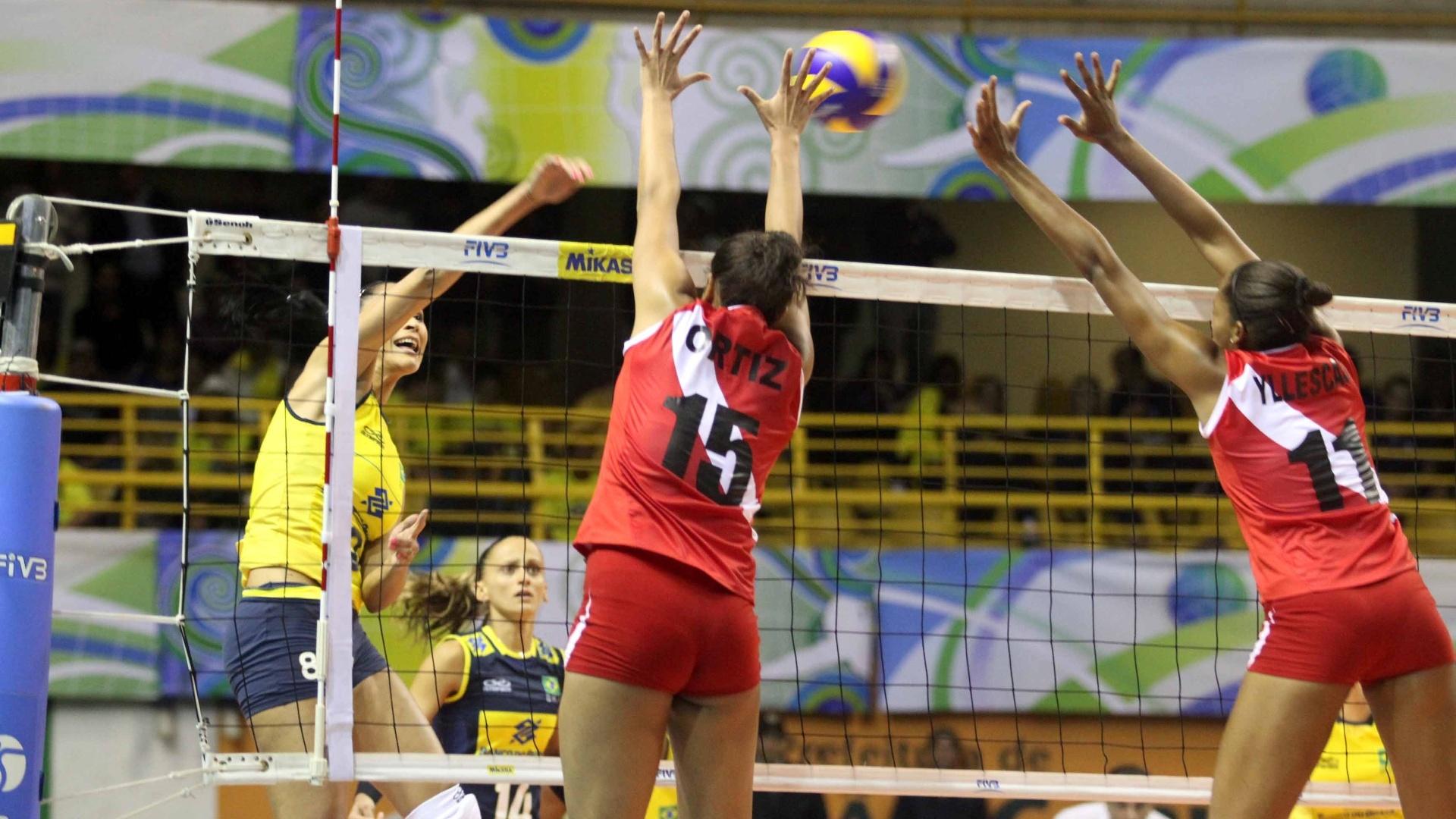 Jaqueline, ponteira do Brasil, enfrenta bloqueio duplo do Peru na decisão do Pré-Olímpico, em São Carlos