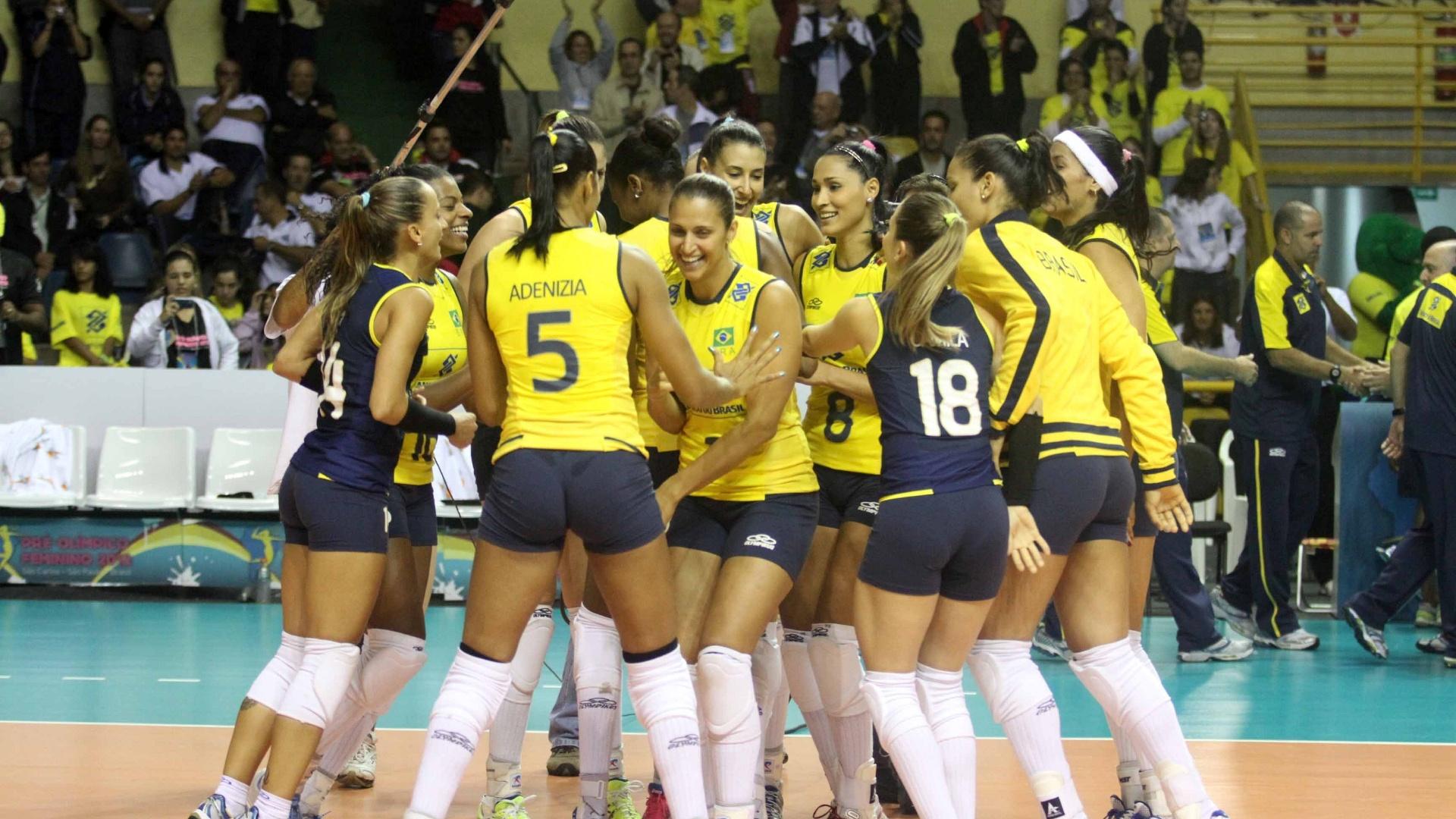 Jogadoras brasileiras comemoram o título e a vaga olímpica conquistada no Pré-Olímpico, em São Carlos