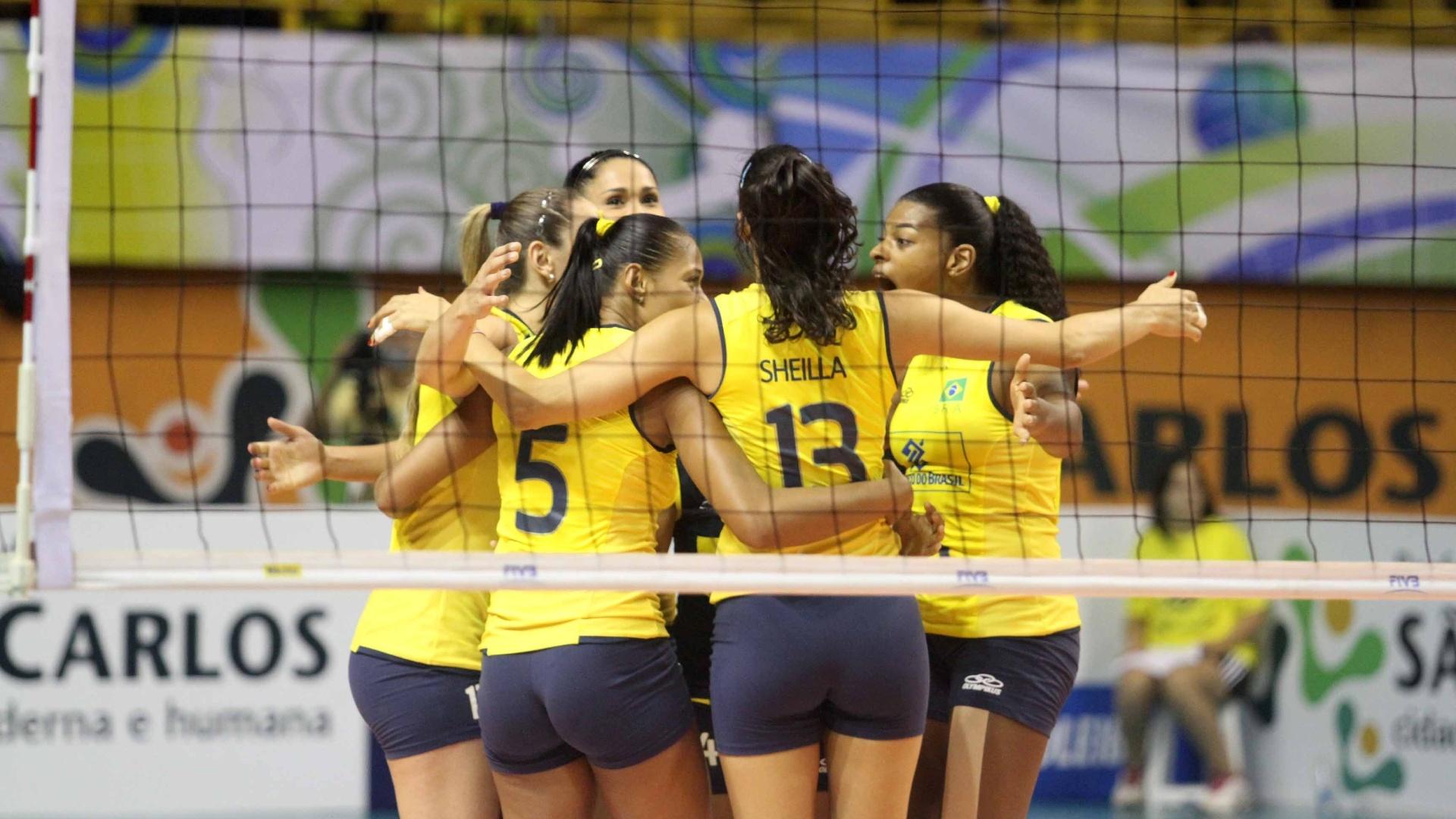 Jogadoras do Brasil comemoram ponto conquistado na final do Pré-Olímpico, diante das peruanas