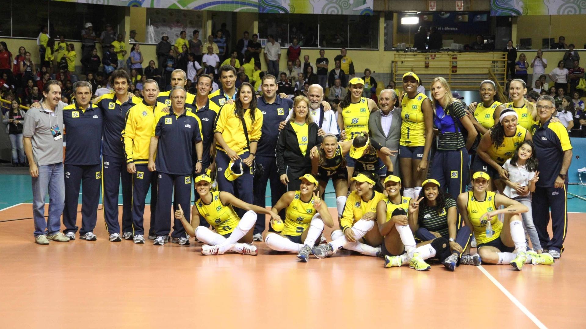 Jogadoras e comissão técnica do Brasil posam para a foto após o título do Pré-Olímpico de vôlei, em São Carlos