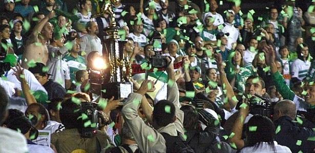 Jogadores do Coritiba, com a taça de campeão, comemoram junto à torcida