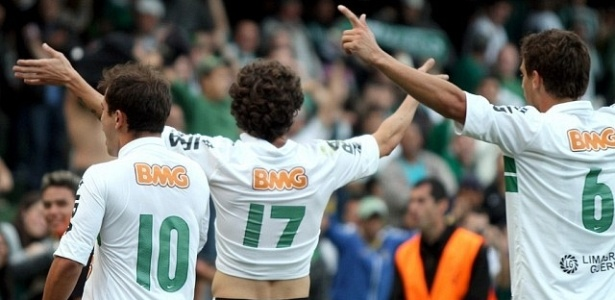 Jogadores do Coritiba comemoram gol no Paranaense