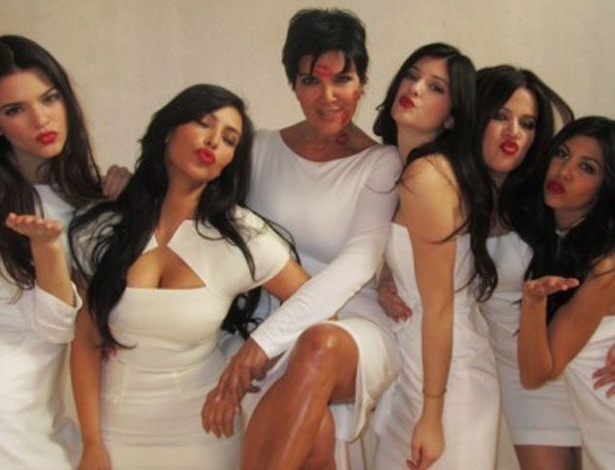 Kim Kardashian coloca foto com a m&#227;e e as irm&#227;s em seu site para homenagear o Dia das M&#227;es (13/5/12)