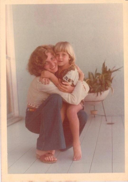 Luciano Huck postou uma foto com a mãe de quando era criança com os cabelos loirinhos: