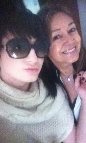 """O ex-BBB Serginho postou foto com a mãe e comentou: """"Mamy te amo mais que a mim mesmo. <3"""" (13/5/12)"""