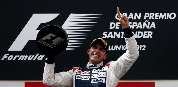Pastor Maldonado foi contido nas comemorações e só vibrou ao receber o troféu