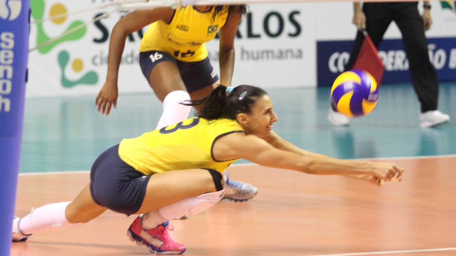 Sheilla, oposto do Brasil se esforça para fazer defesa na partida contra o Peru, válida pela final do Pré-Olímpico