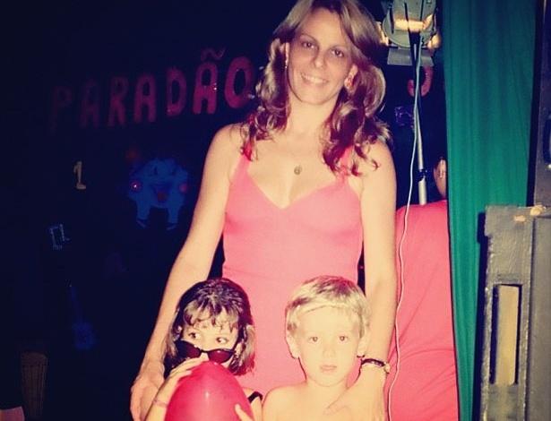 Sthefany Brito postou uma foto de quando era criança com a mãe e o irmão, Kayky (13/5/12)