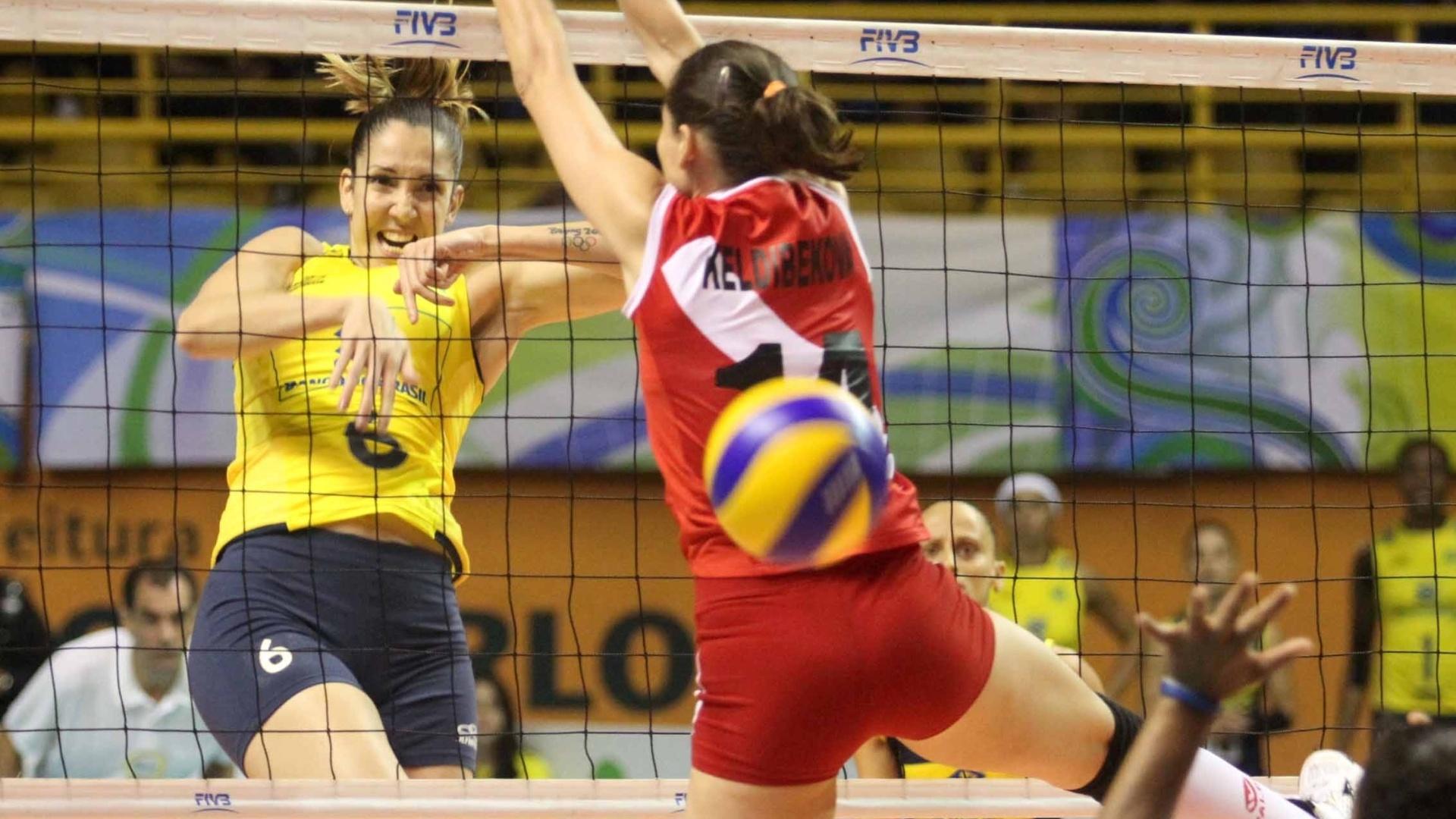 Thaísa ataca bola de meio contra bloqueio peruano duranta a decisão do Pré-Olímpico, em São Carlos