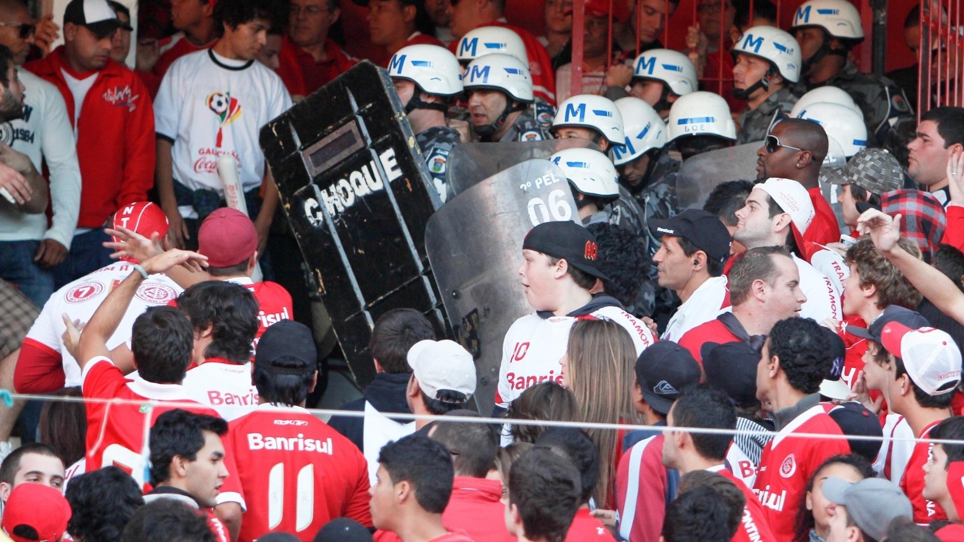 Torcedor do Internacional arruma confusão no intervalo da vitória por 2 a 1 sobre o Caxias e polícia entra em ação