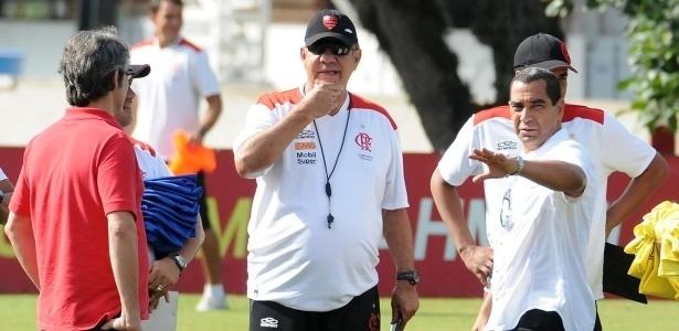 Zinho gesticula para Joel Santana durante primeiro dia de trabalho no Flamengo