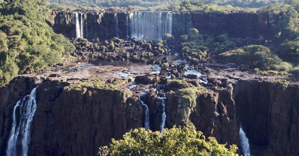 14.mai.2012 - Seca volta a atingir as Cataratas do Iguaçu, em Foz do Iguaçu, Paraná, que registrou uma vasão de apenas 480 mil litros de água por segundo, o equivalente a um terço de seu volume normal