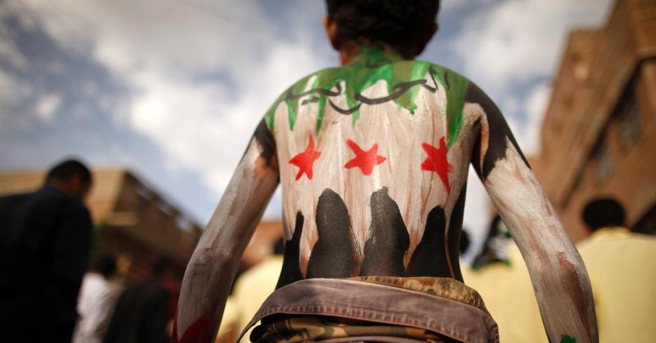 15.mai.2012 - Manifestante com as costas pintadas com as cores da bandeira da oposição síria participa de protesto em Sanaa, capital do Iêmen