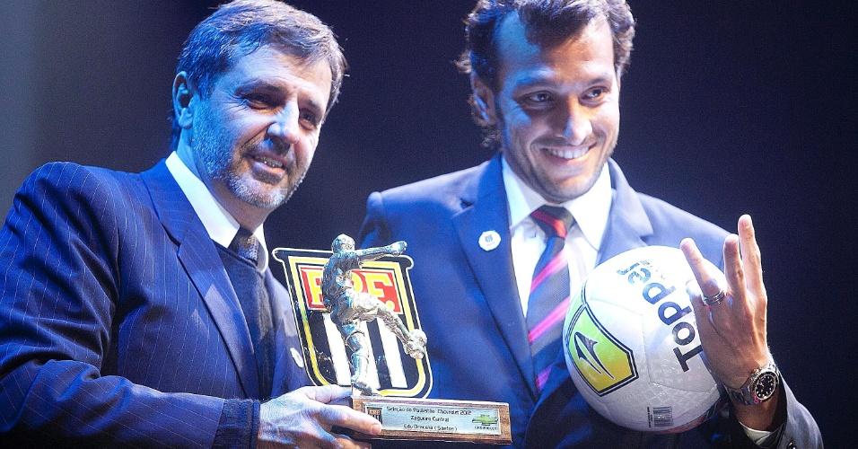 Edu Dracena, do Santos, recebe o prêmio como um dos melhores zagueiros do Campeonato Paulista durante cerimônia