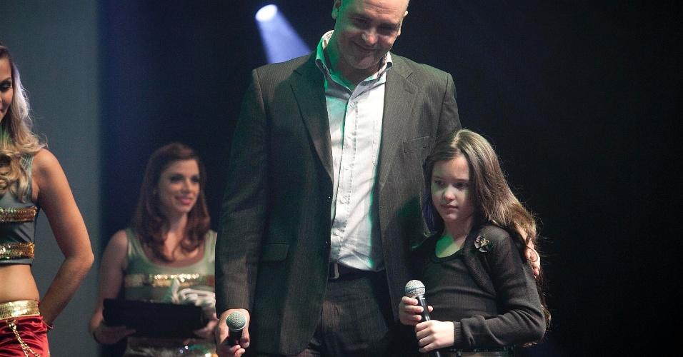 Ex-goleiro Marcos abraça a filha, Ana Júlia, ao receber homenagem na premiação dos melhores do Paulistão