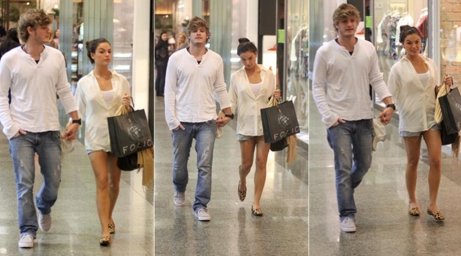 Isis Valverde passeia em shopping da zona oeste do Rio (14/5/12)
