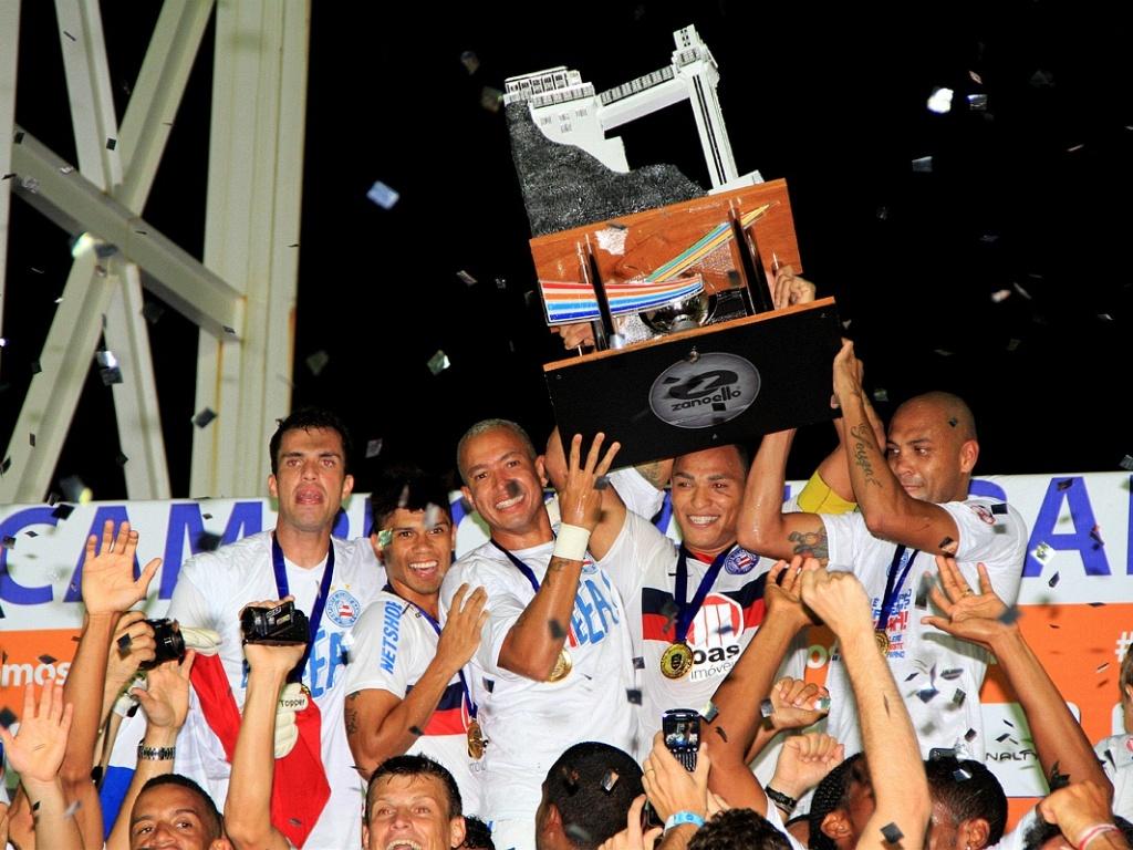 Jogadores do Bahia levantam a taça de campeão baiano (13/05/2012)
