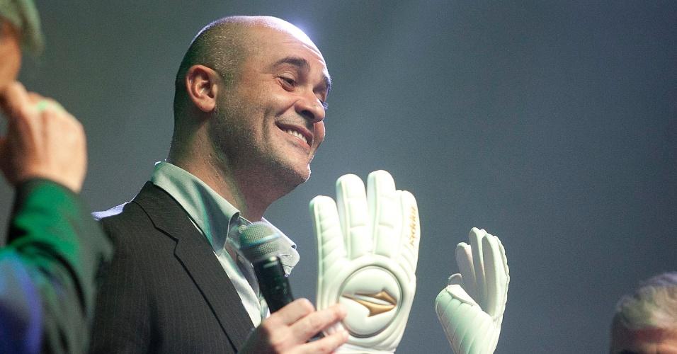 Marcos exibe luva recebida após homenagem na cerimônia de premiação dos melhores do Paulista