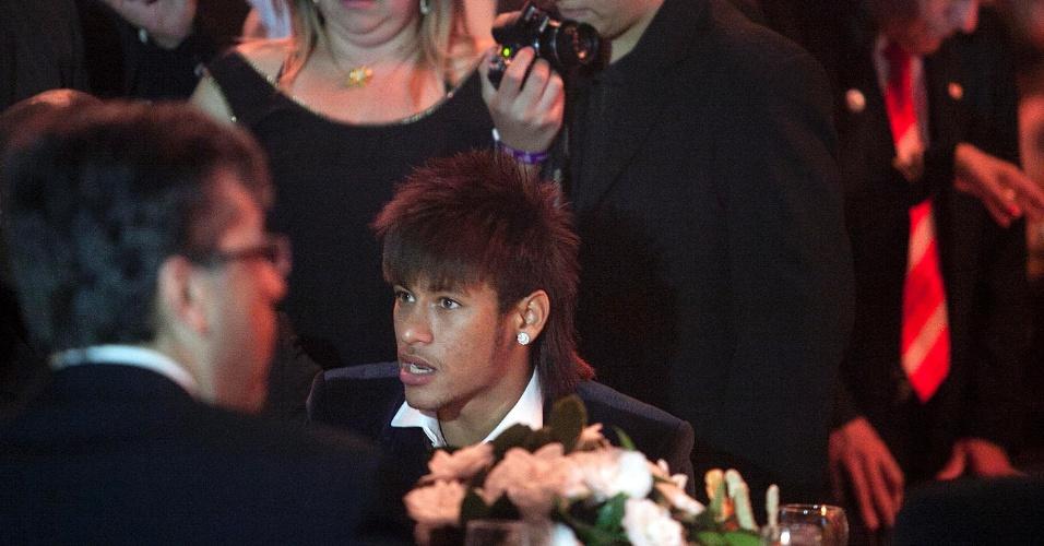 Neymar conversa durante jantar de premiação dos melhores do Paulistão