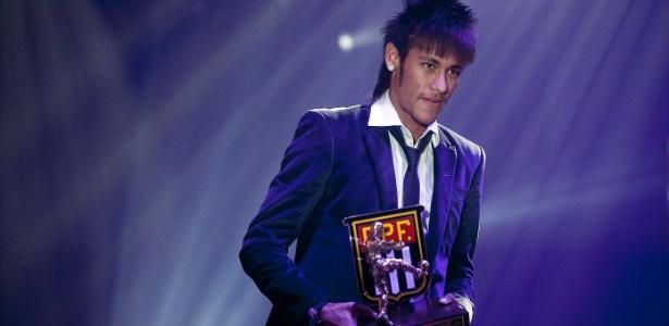 Neymar, artilheiro com 20 gols, recebe o prêmio de melhor jogador do Paulistão