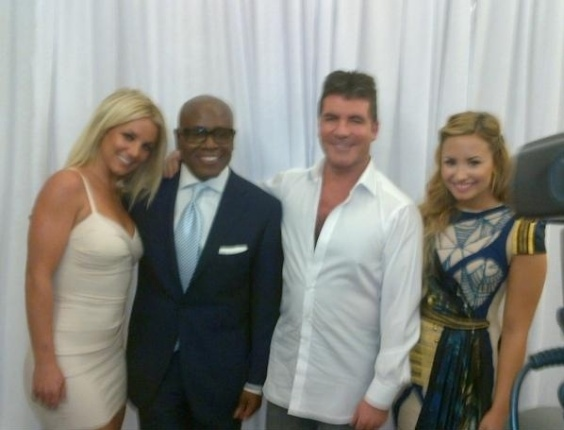 Os jurados do &#34;X-Factor&#34; Britney Spears, LA Reid, Simon Cowell e Demi Lovato, em foto publicada no Facebook por Britney (14/5/2012)